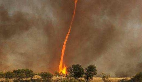 Tornado Api dari Langit Berhasil Terekam Kamera dan Terlihat Sangat Mengerikan