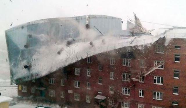 Ο δυνατός αέρας ξηλώνει την οροφή κτιρίου! Βίντεο