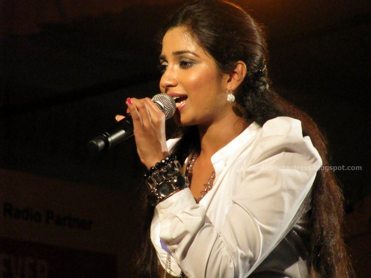 Shreya Ghoshal Hot Navel,Cleavage And Ampit Show Sexy -8953