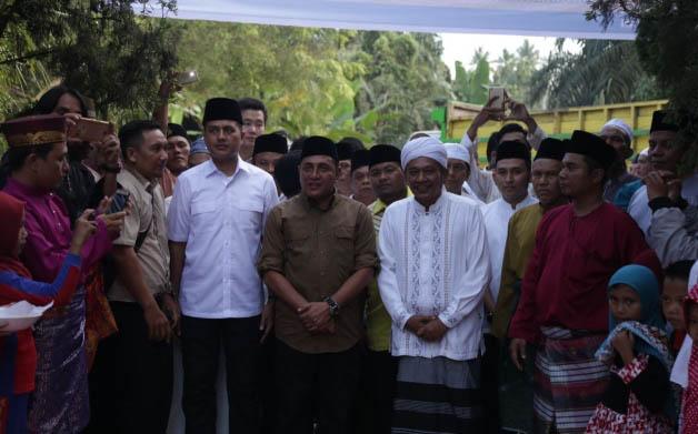 Edy Rahmayadi-Musa Rajekshah saat berkunjung ke Perkampungan Syekh Silau Laut, Kabupaten Asahan