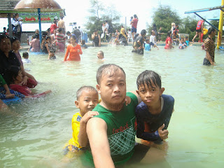 Garut- Pasir Darajat Water BOOM  (papah-Bunda-Adrian dan Alinda) dan Tetangga (perum Cisalak)