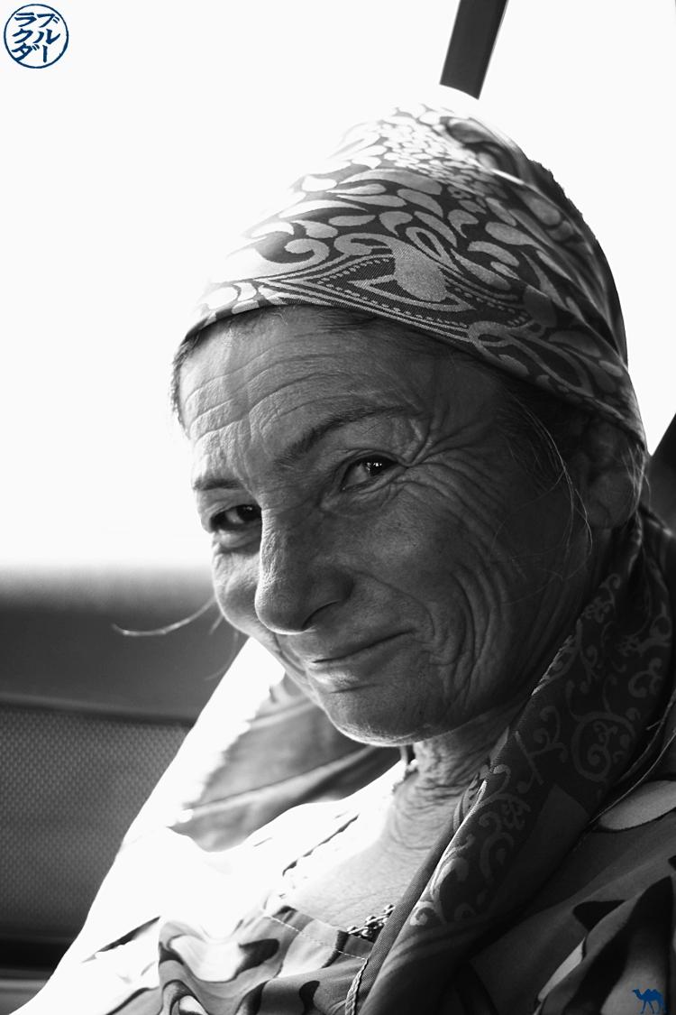 Le Chameau Bleu - Blog Voyage Boukhara Ouzbékistan - Femme Ouzbek dans le taxi collectif