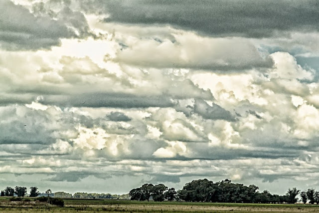 Paisaje campestre con nubes predominantes