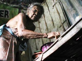 Nenek Paini, Perempuan 70 Tahun Hidup Sebatang Kara di Gubuk Reot