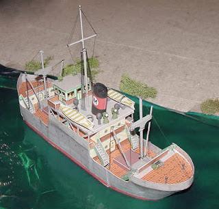 barco para niños hecho con cartón reciclado