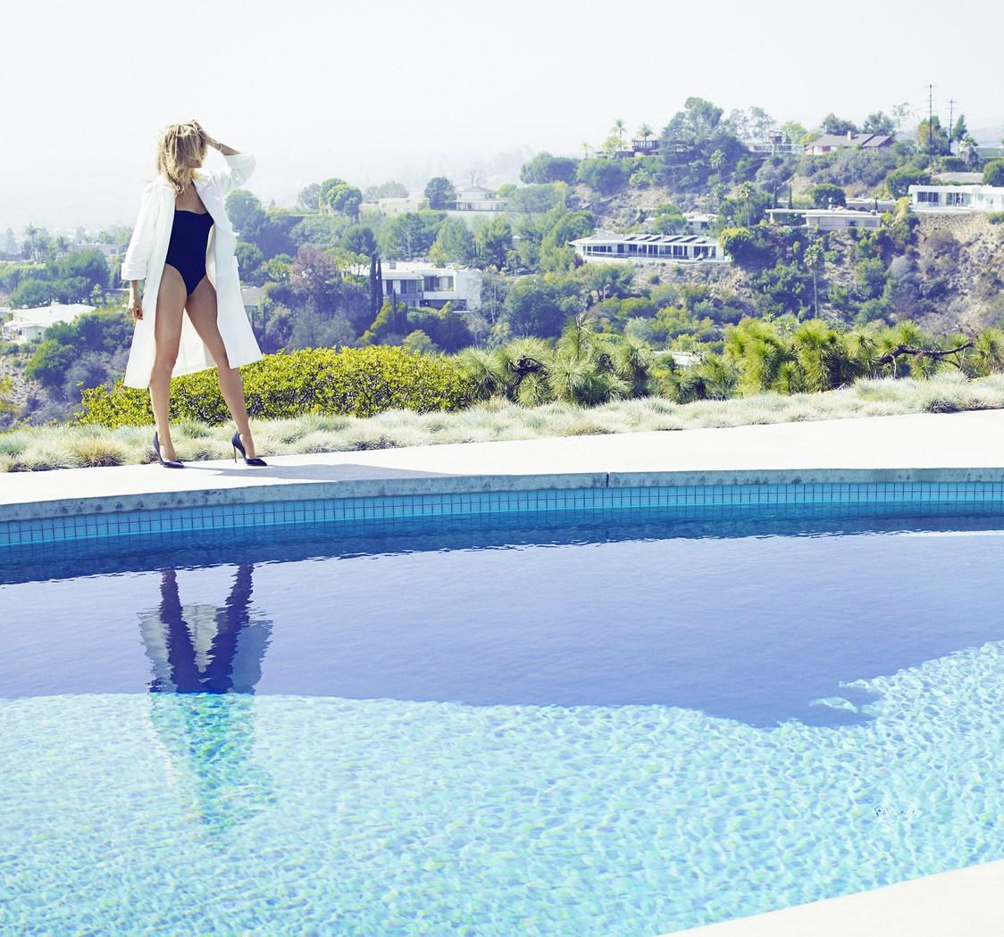 Смотреть русское лижет в бассейне женщина начинает