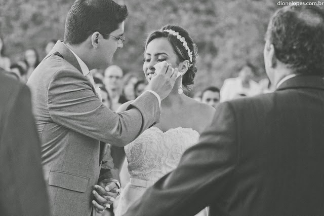 cerimônia - casamento ao ar livre - casamento de dia - entrada da noiva - noivos - pai da noiva - emoção - noivos emociondos