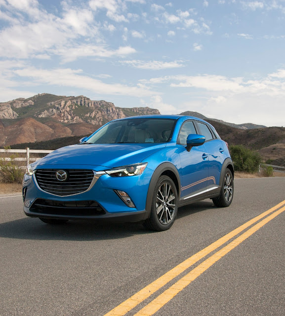 Front 3/4 view of 2017 Mazda CX-3 Grand Touring FWD