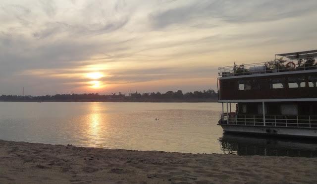 Barbara schwimmt im Mekong, die Lan Diep rechts im Bild