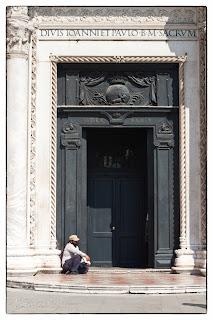 Koldus egy templom kapujában Velencében