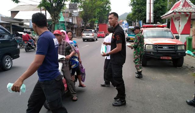 Pembagian masker oleh BPBD bersama dengan TNI