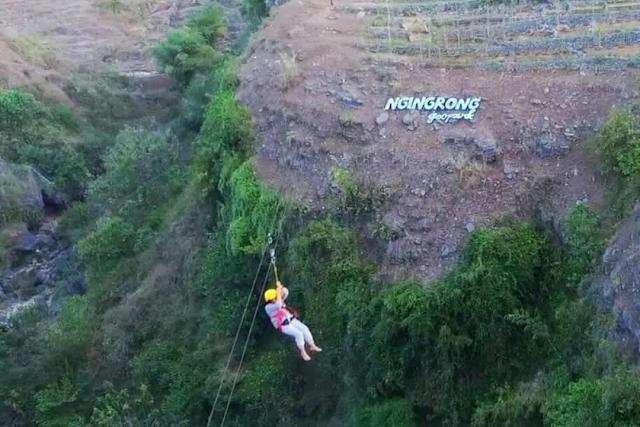 Pengunjung sedang menaiki flying fox, Lembah Ngingrong Yogyakarta