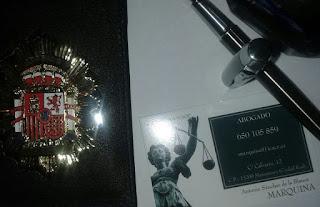 Placa de abogado, pluma y tintero, y tarjeta de visita.