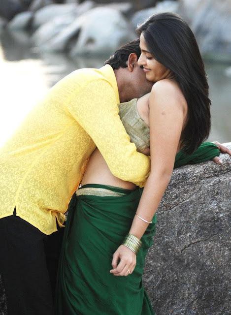 Anushka Hot navel show in saree