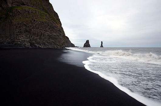 A wondering black sand sea