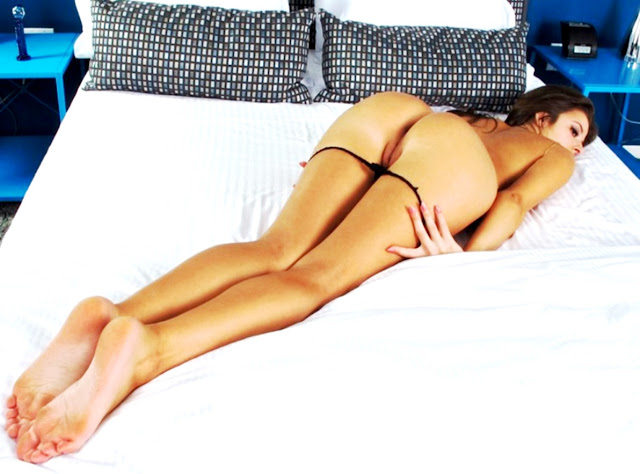 Девушка раком на кровати эротично лежит и у нее раскрытая писька WWW.EROTICAXXX.RU смотреть фото (18+)
