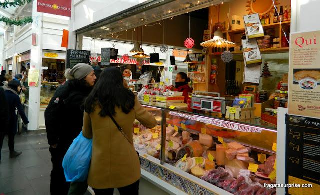 Balcão de queijos e frios no Mercado do Testaccio, em Roma