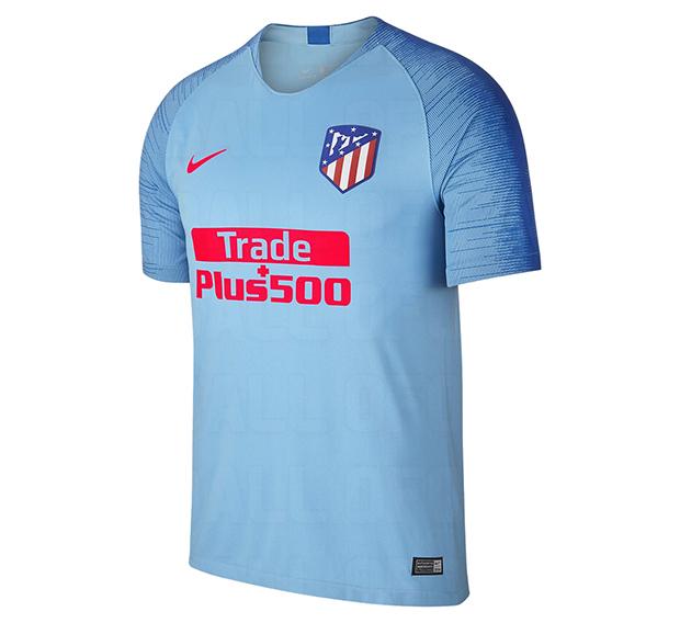 119942fb9347e La nueva camisetas de futbol Atletico Madrid baratas 2018-2019 es azul  brillante con detalles en azul marino y rojo. Los colores exactos  utilizados en la ...