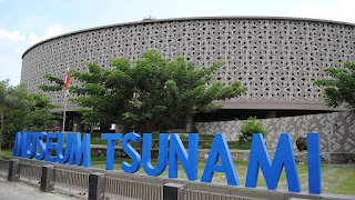 Berdiri sejak tahun 2009 museum menjadi monumen simbolis mengenang bencana gempa yang mengakibatkan tsunami di aceh yang melanda 11 tahun silam