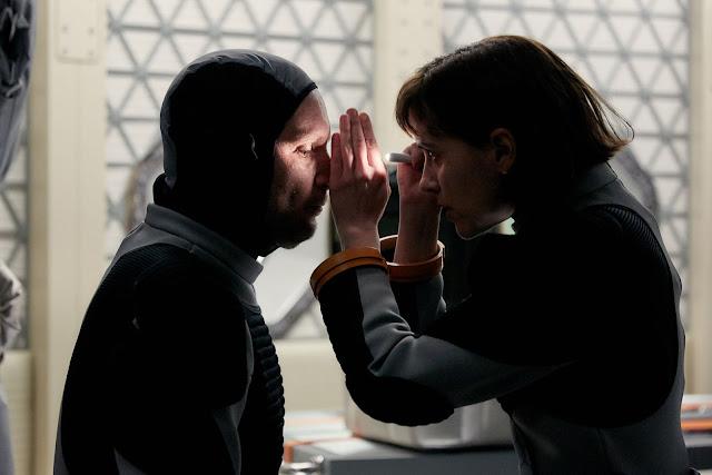 Chuyên gia chăm sóc sức khỏe là những người cần phải có trên sứ mệnh đến Sao Hỏa. Nhà du hành Amelie Durand (thủ vai bởi nữ diễn viên Clementine Poidatz) người Pháp là một bác sĩ trên tàu, đang thực hiện khám sức khỏe.