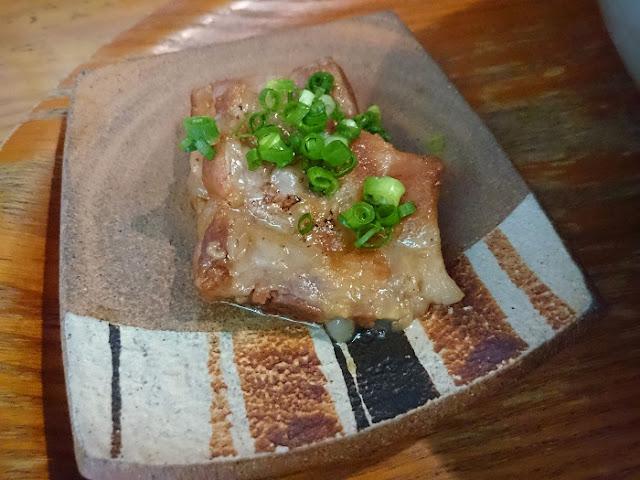 金月そば(大)の軟骨ソーキの写真