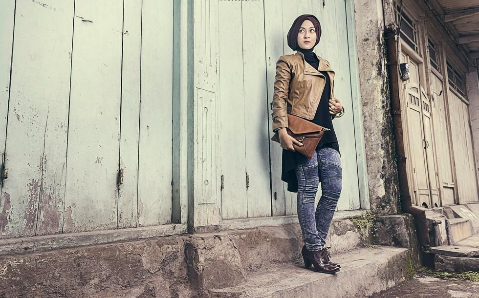 Pemilihan Konsep Hunting Foto Hijab trendy pakai jaket kulit dan amnis celana jeans ketat manis cewek ini suka sekali
