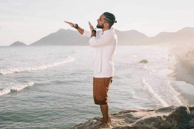 """Rashid lança o emocionante clipe da música """"Pés na Areia (Promessas)"""""""