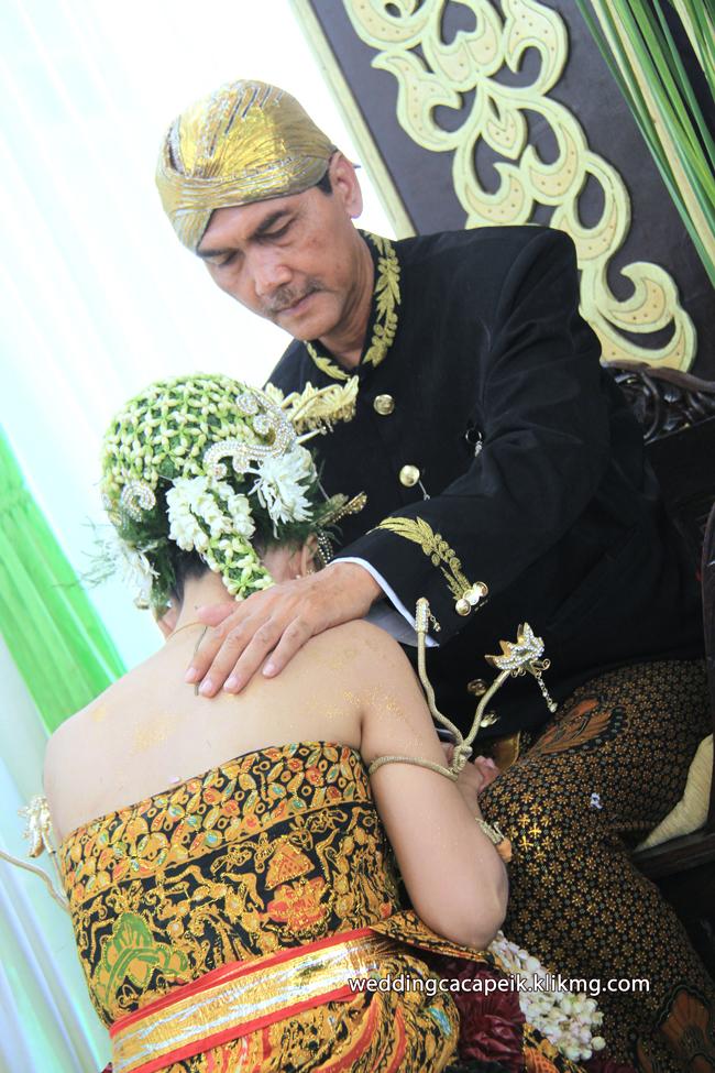 Foto Liputan Pernikahan Chaca & Peik [ 10 -  Foto Sesi Acara Sungkeman ] - Foto Oleh : Klikmg Fotografer Wedding Purwokerto