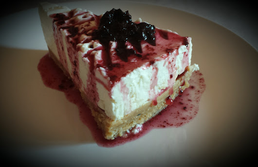 Cheesecake con salsa ai mirtilli