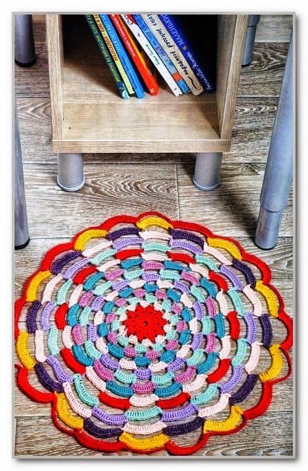 Alfombra circular a crochet multicolor muy original