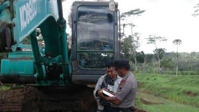 Anggota Polsek Meninjau Normalisasi Sungai Lesung Desa Pekacangan