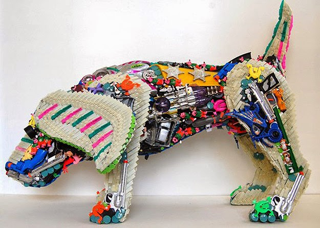 Perro hecho con plástico reciclado -Dog made from recycled plastic