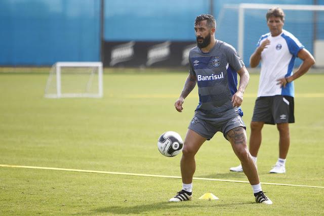 Douglas sofreu a lesão ligamentar após dividida no treino da manhã desta quarta-feira (Foto: Lucas Uebel/Grêmio FBPA)