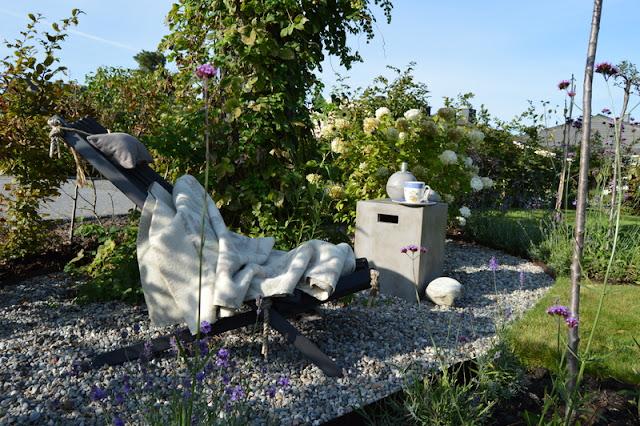 Elvestein er brukelig på flere måter i hagen - Stilleben på elvestein/singel rundt furua