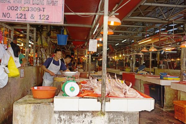 チョウキット市場では、暑いのにチキンも生肉売り