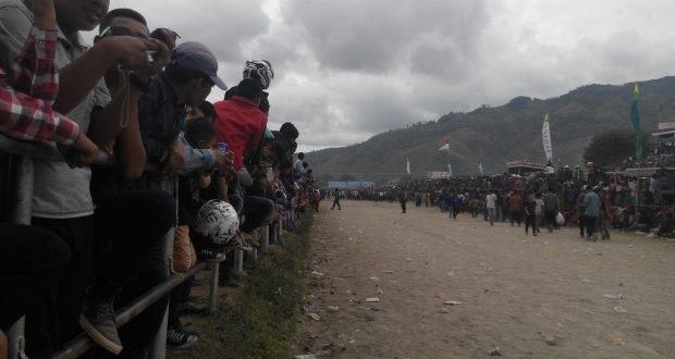 TAKENGEN Lautan Massa Serbu Belang Bebangka babak final event pacuan kuda