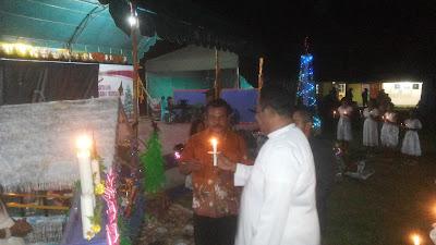 Pemasangan Lilin Natal Dipimpin Pastor Paroki Tual