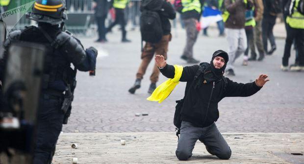 باريس تحذر من محاولة اسقاط النظام.