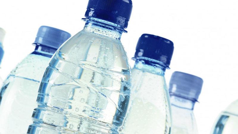 Estudo alerta,  água engarrafada contem microplásticos tóxicos