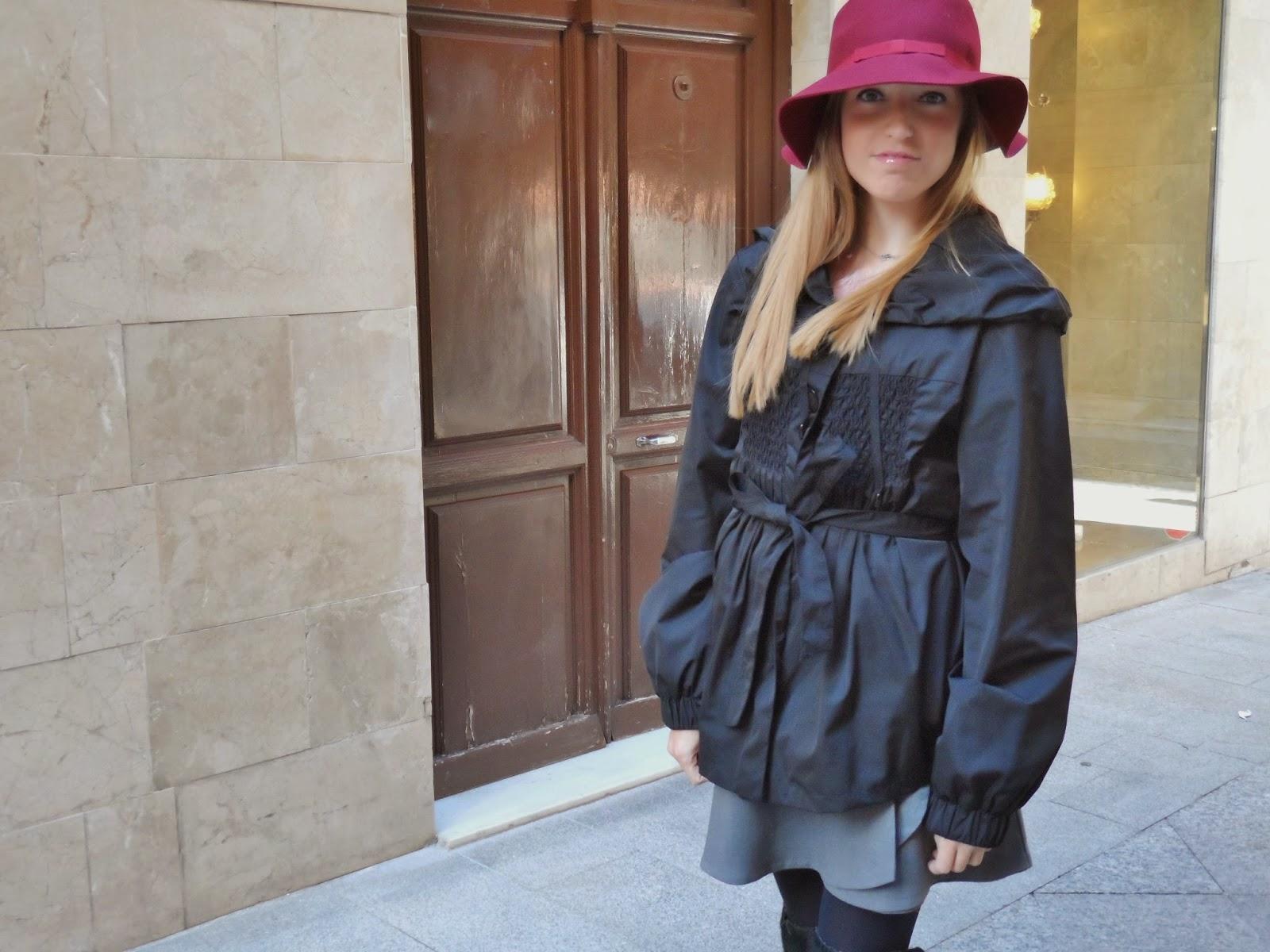 Trench y sombrero burgundy