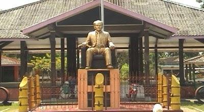 Patung dr. Soetomo