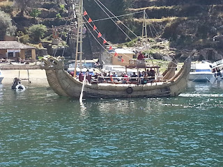 Barco antigo, a remo, na Ilha do Sol.
