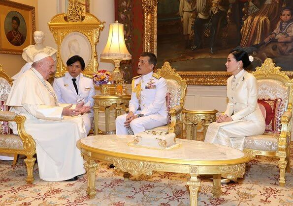 King Maha Vajiralongkorn and Queen Suthida hosted Pope Francis at Amphorn Sathan Residential Hall in Bangkok