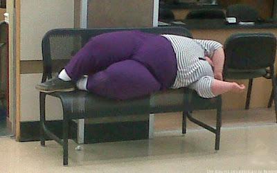 Fette Frau in Leggings im Wartesaal schlafen lustig
