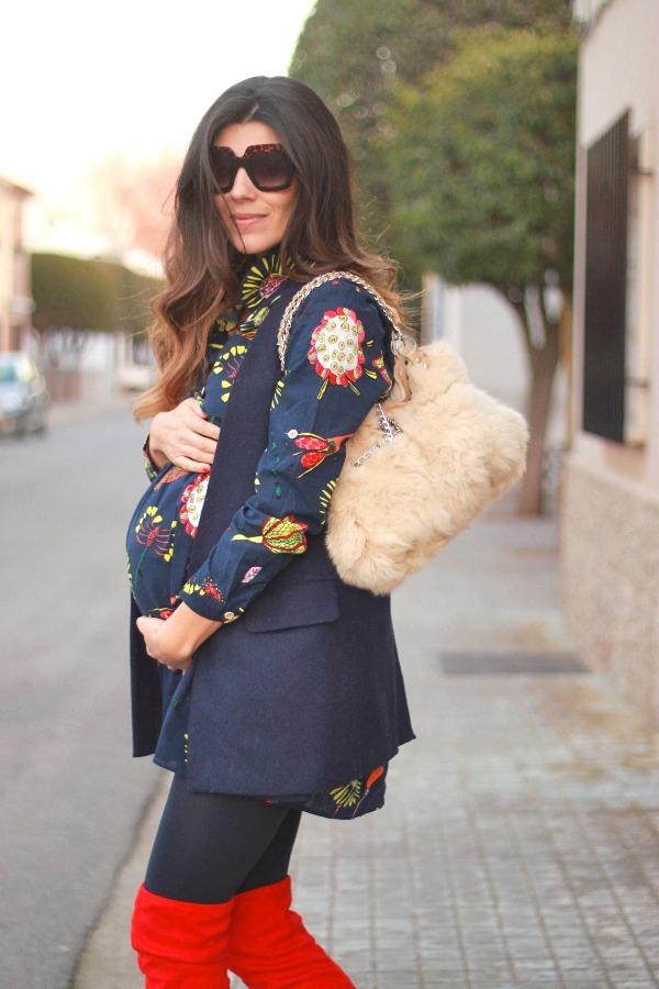 moda embarazada, style pregnancy, look premama, botas altas rojas, vestido Camisero