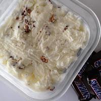 Gelado de snickers com molho de caramelo
