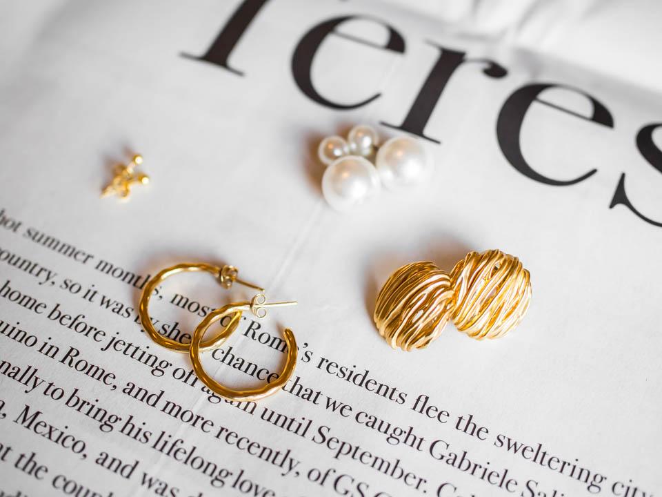 Jewellery flatlay, product photography, dainty jewellery, earrings - Flatlay-kuvaus, sirot korut, tuotekuvaus, korvakorut