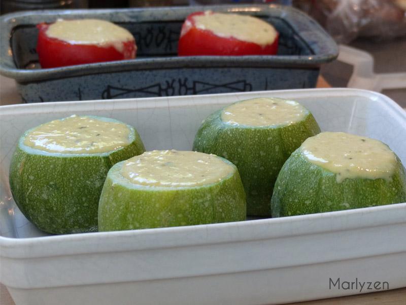 Répartissez le mélange dans les courgettes cuites.