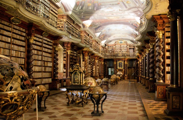 https://en.wikipedia.org/wiki/National_Library_of_the_Czech_Republic#/media/File:Clementinum_library.jpg