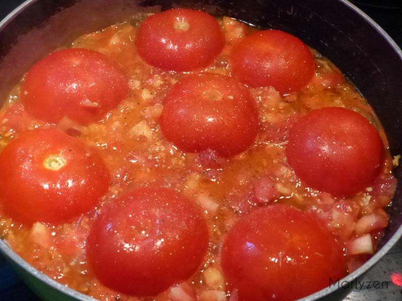 Placez les tomates dans la sauteuse farce vers le bas.